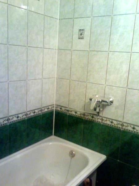 идея светлого декора укладки плитки в ванной комнате картинка