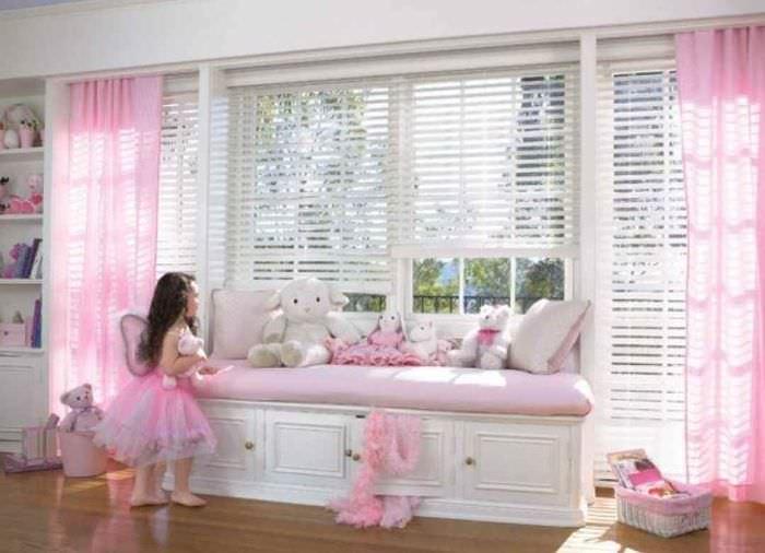 вариант светлого декора детской комнаты для девочки