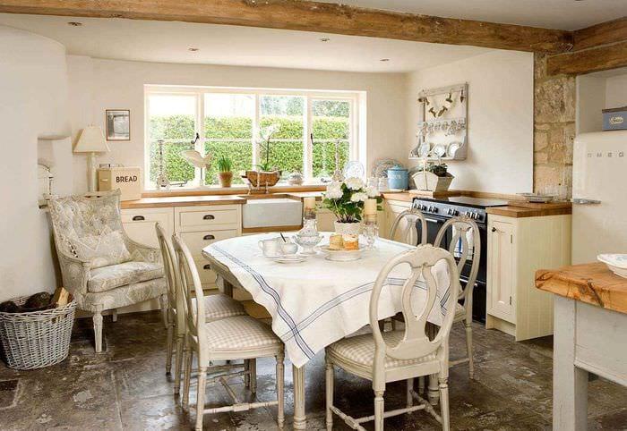 пример красивого декора кухни в деревенском стиле