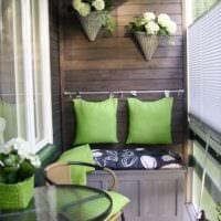 зеленый цвет в оформлении маленького балкона
