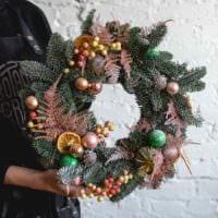 идея использования яркого декора новогоднего венка своими руками картинка
