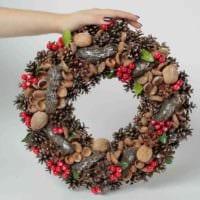 идея применения необычного стиля новогоднего венка своими руками фото