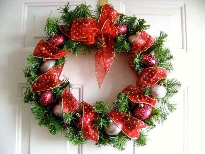 идея применения красивого декора новогоднего венка своими руками