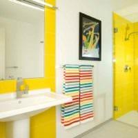идея применения яркого желтого цвета в дизайне квартиры картинка