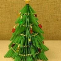 вариант создания яркой елки из картона самостоятельно фото