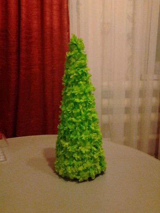 вариант создания необычной елки из картона своими руками