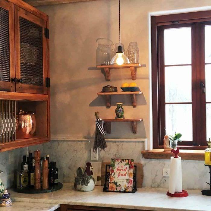 пример яркого интерьера кухни в деревенском стиле