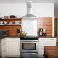 вариант светлого стиля кухни в деревянном доме фото
