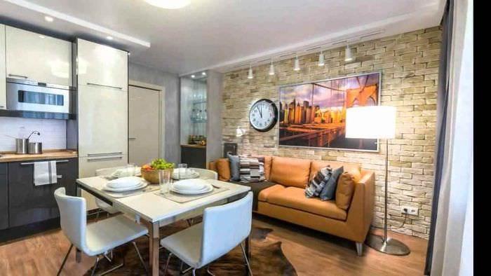 пример светлого интерьера кухни 13 кв.м