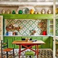 пример красивого интерьера кухни в деревянном доме картинка