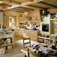 идея светлого декора кухни в деревянном доме фото