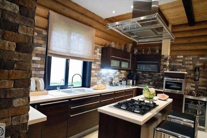 пример необычного интерьера кухни в деревянном доме