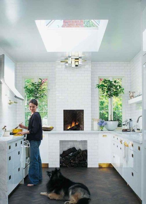 идея необычного интерьера кухни в загородном доме