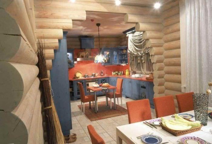 пример красивого декора кухни в деревянном доме