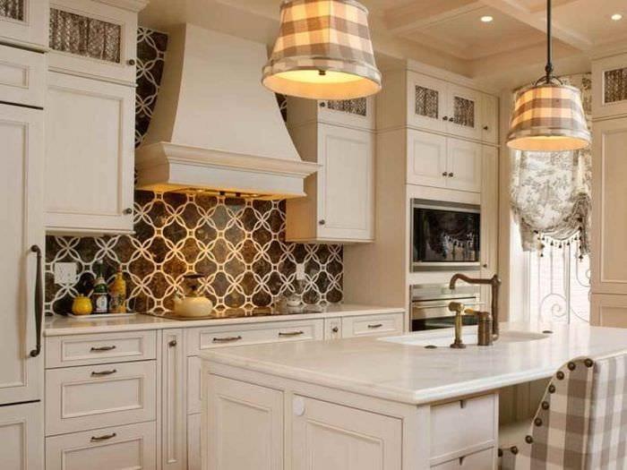 вариант красивого декора кухни в классическом стиле