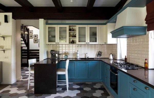 идея яркого дизайна кухни в загородном доме фото