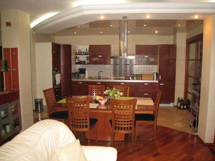 пример красивого дизайна кухни в загородном доме