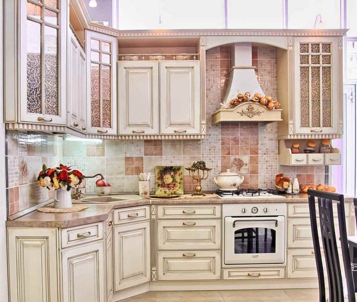идея необычного дизайна кухни в классическом стиле