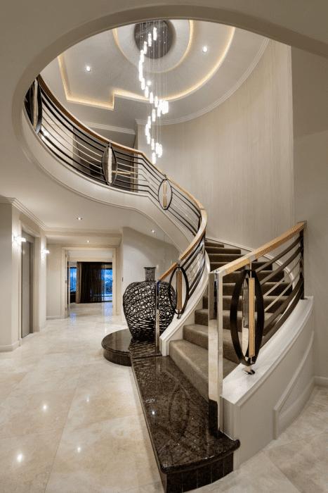 изогнутая лестница на второй этаж