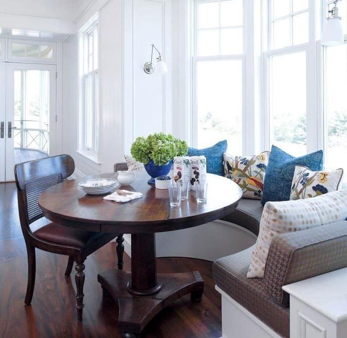 кухня с эркером кофейный столик