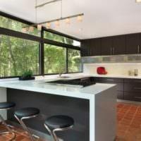 кухня в стиле модерн с большим окном
