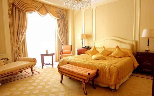 вариант применения необычного желтого цвета в интерьере комнаты картинка