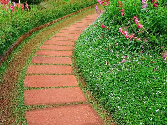 вариант использования ярких садовых дорожек в дизайне двора