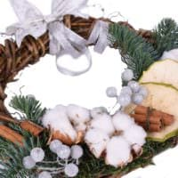 вариант применения яркого декора новогоднего венка своими руками фото