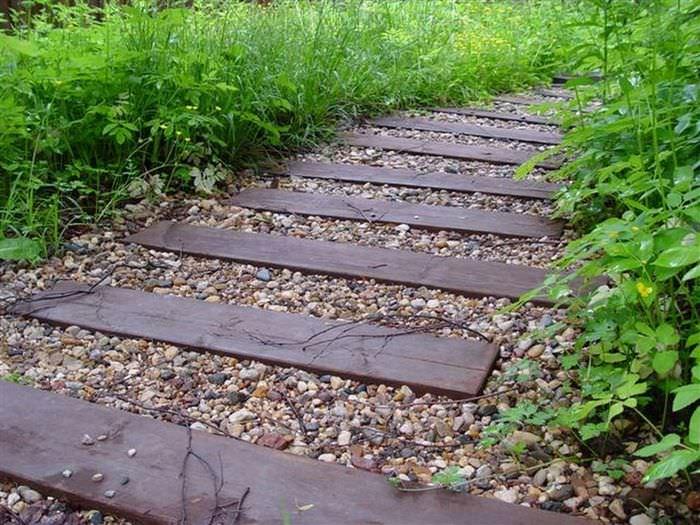 вариант использования необычных садовых дорожек