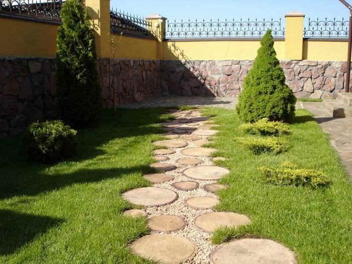 идея применения светлых садовых дорожек в ландшафтном дизайне