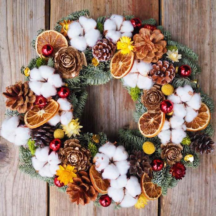 идея применения яркого декора новогоднего венка своими руками