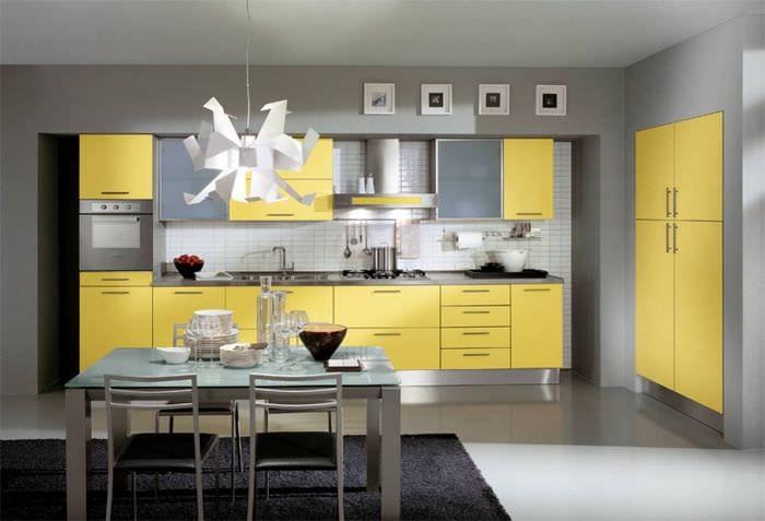 вариант применения светлого желтого цвета в интерьере комнаты