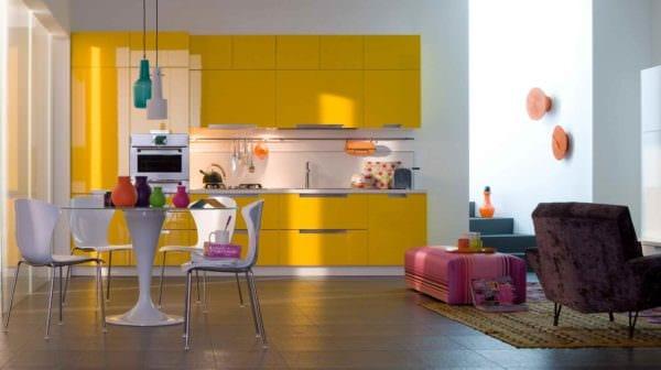 идея применения необычного желтого цвета в декоре квартиры фото