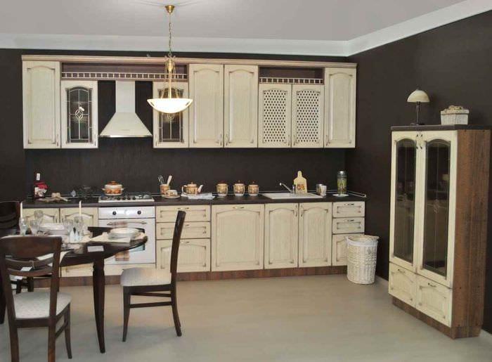 пример светлого стиля кухни в загородном доме