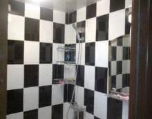 вариант светлого интерьера укладки плитки в ванной комнате фото