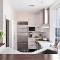 пример светлого декора кухни в загородном доме фото