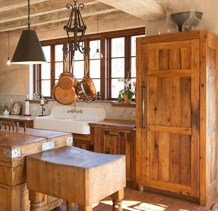 вариант красивого интерьера кухни в деревенском стиле