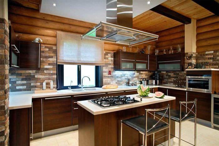 пример необычного стиля кухни в деревянном доме