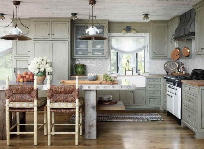 идея светлого декора кухни в деревенском стиле
