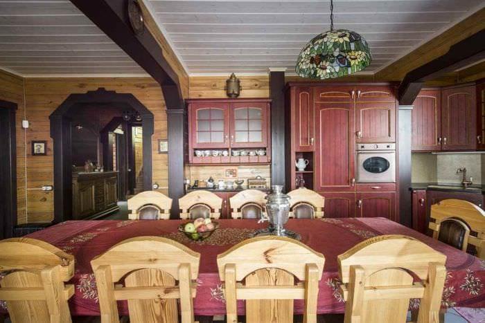 вариант красивого дизайна кухни в деревянном доме