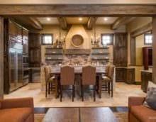 вариант яркого интерьера кухни в деревенском стиле фото