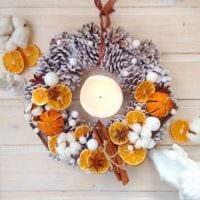 пример использования светлого декора новогоднего венка своими руками фото