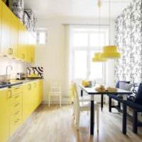 идея применения светлого желтого цвета в интерьере квартиры фото