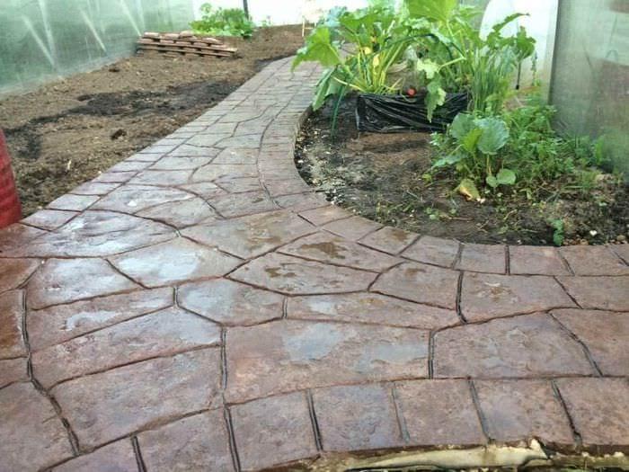 вариант применения красивых садовых дорожек в дизайне двора