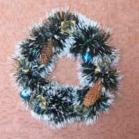 идея применения необычного декора новогоднего венка своими руками картинка