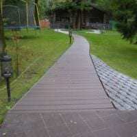 идея применения красивых садовых дорожек в дизайне двора фото