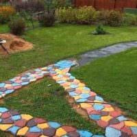 идея применения ярких садовых дорожек в дизайне двора фото