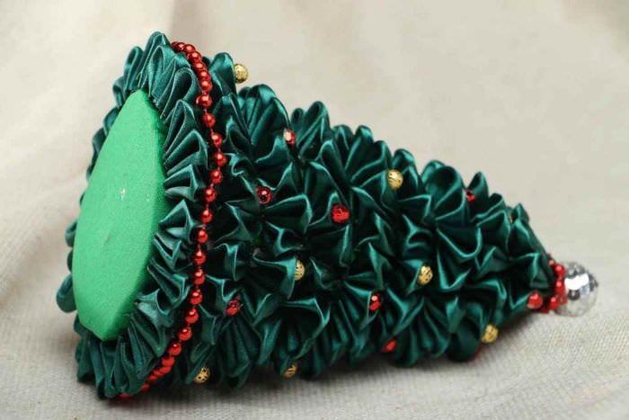 вариант создания праздничной елки из картона своими руками