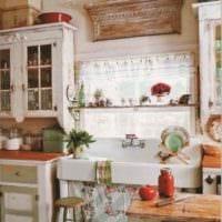 вариант светлого интерьера кухни в деревянном доме фото