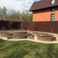 идея красивого дизайна огорода в частном дворе фото